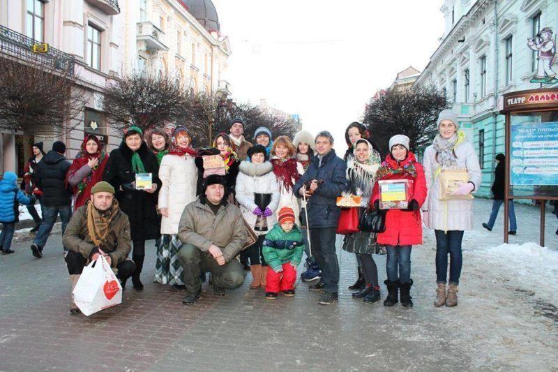 """Волонтери та колектив """"Пенсія"""" наколядували понад шість тисяч гривень для допомоги бійцям АТО"""