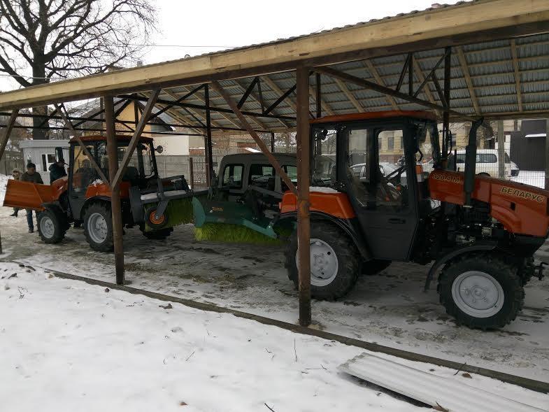 МІУК отримав два нові трактори для прибирання дворів від снігу