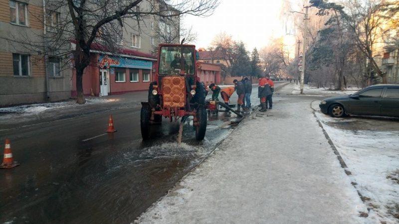 """Через прорив водопроводу п'ять вулиць і """"Хлібокомбінат"""" у Франківську до вечора будуть без води"""