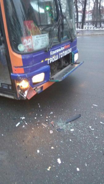 На Галицькій 22 автобус вчинив подвійне ДТП (ФОТО)