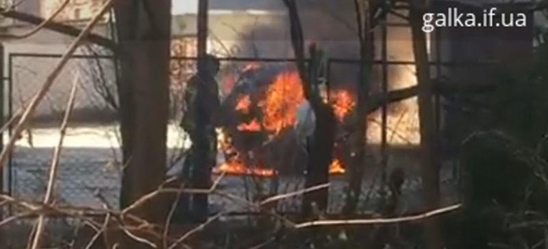 У центрі міста згоріла Toyota бізнес-класу (ВІДЕО)