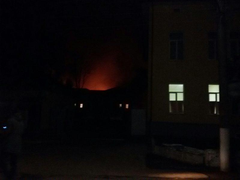 """Пожежа у військових в Коломиї: у """"десятці"""" кажуть про кількох травмованих, вибухів не було (ДОДАНЕ ВІДЕО)"""