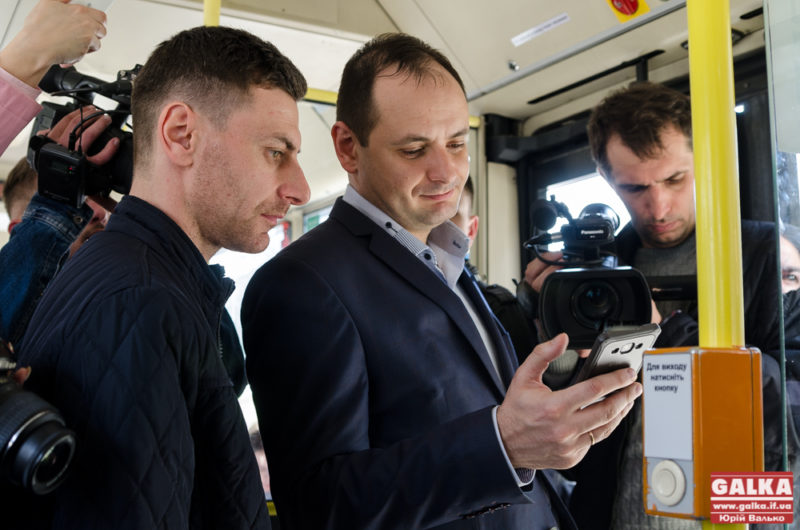 В автобусах Франківська запустили нову технологію безготівкової оплати проїзду зі смартфона (ФОТО)
