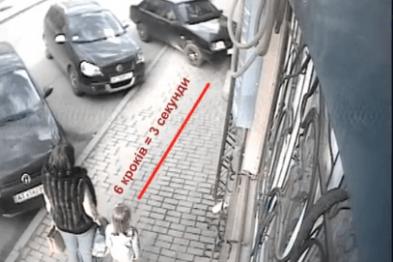 За три секунди до трагедії: у Косові мама з дітьми дивом не потрапила під машину на тротуарі (ВІДЕО)