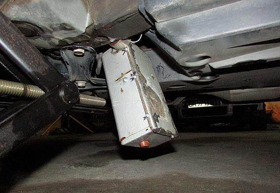 Під машиною на Довженка вибухотехніки знайшли невідомий електронний пристрій