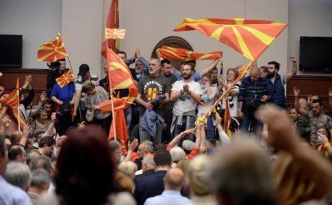 У Македонії протестувальники захопили будівлю парламенту та напали на депутатів (ВІДЕО)