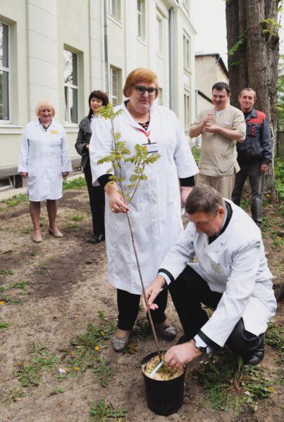 До  Всесвітнього Дня боротьби з бронхіальною астмою медики Івано-Франківська садили дерева (ФОТО)
