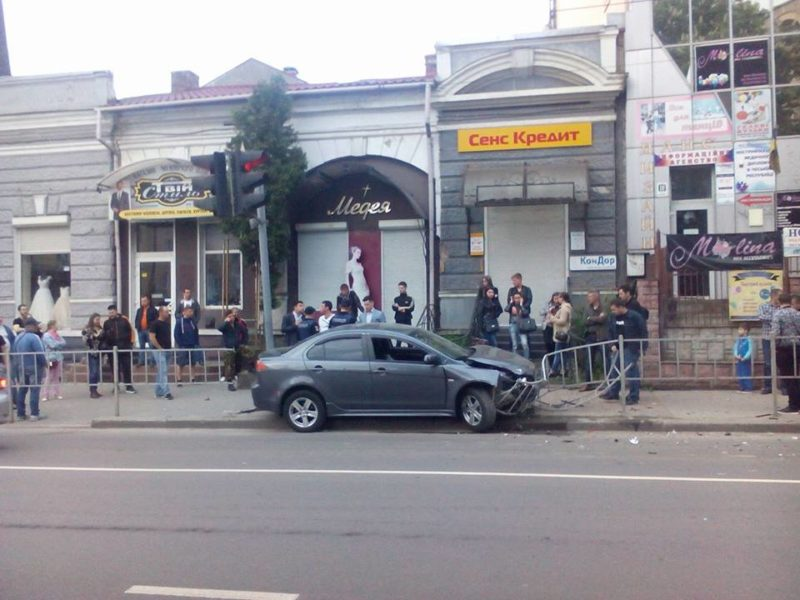 """У Франківську п'яний водій зніс перила та """"припаркувався"""" на тротуарі (ФОТО)"""