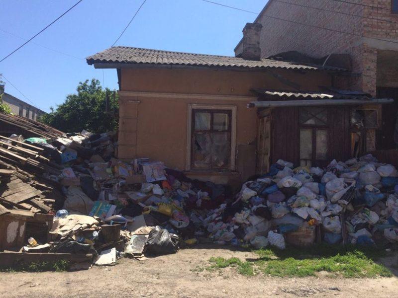 Франківка влаштувала сміттєзвалище поблизу свого будинку (ФОТО)