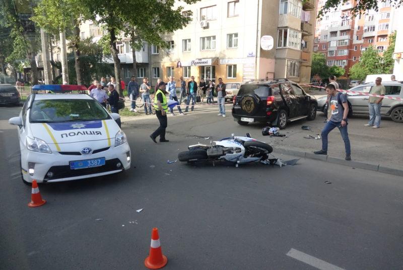 На Галицькій перед мостом через жінку на Тойоті розбився мотоцикл: троє травмованих (ФОТО)