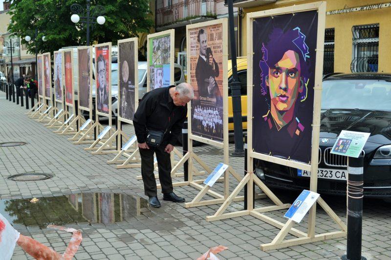 У центрі Франківська розмістили цікаві інсталяції, одну вже вкрали (ФОТО)