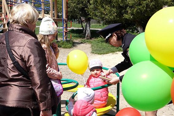 Поліціянти подарували світловідбиваючі браслети малечі з Калуша (ФОТО)