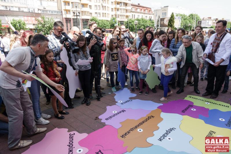 Маленькі особливі прикарпатці у центрі Франківська склали карту України (ФОТО)