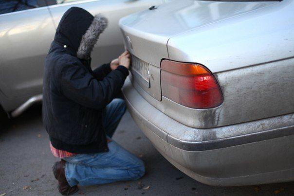 В Івано-Франківську почастішали випадки крадіжок номерних знаків (ВІДЕО)
