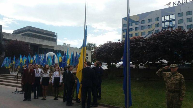 Прапор України та ЄС символічно здійняли під небом Франківська (ФОТО)