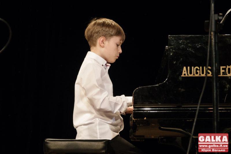 Юний композитор з родиною відіграв у Франківську благодійний концерт (ФОТО, ВІДЕО)