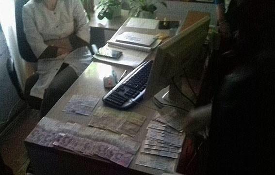 На хабарі спіймали головну лікарку обласного наркодиспансеру (ФОТО)