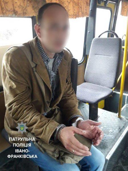 У франківській маршрутці пасажири затримали кишенькового злодія (ФОТОФАКТ)