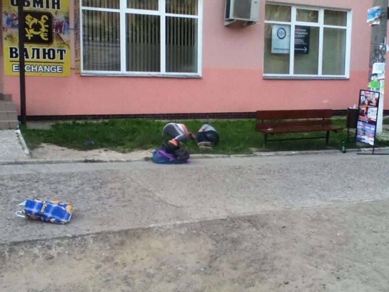 Під Візовим центром патрульні будили п'яних чоловіка і жінку (ФОТО)