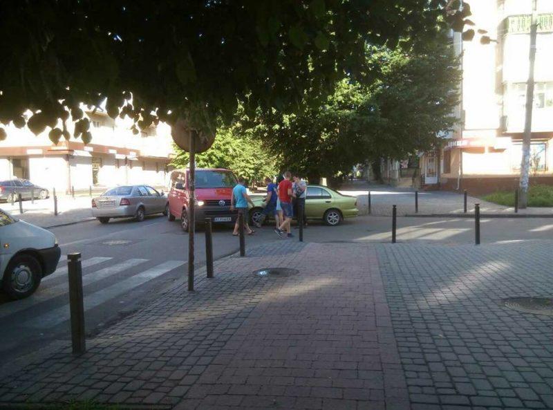 Ранкова ДТП на Бельведерській: не розминулися Ніссан та Фольксваген