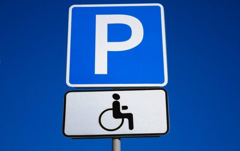 Депутат облради припаркувався на місці для людей із інвалідністю (ФОТОФАКТ)