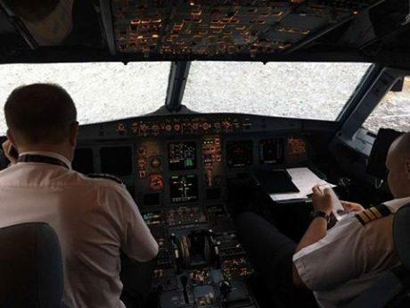 Український пілот посадив у Стамбулі літак попри розбиту градом кабіну