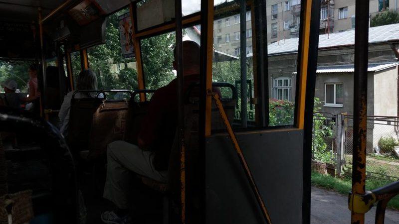 Діри в підлозі та двері як вентилятор: франківець поділився враженнями від автобусу на 36 маршруті (ФОТО)