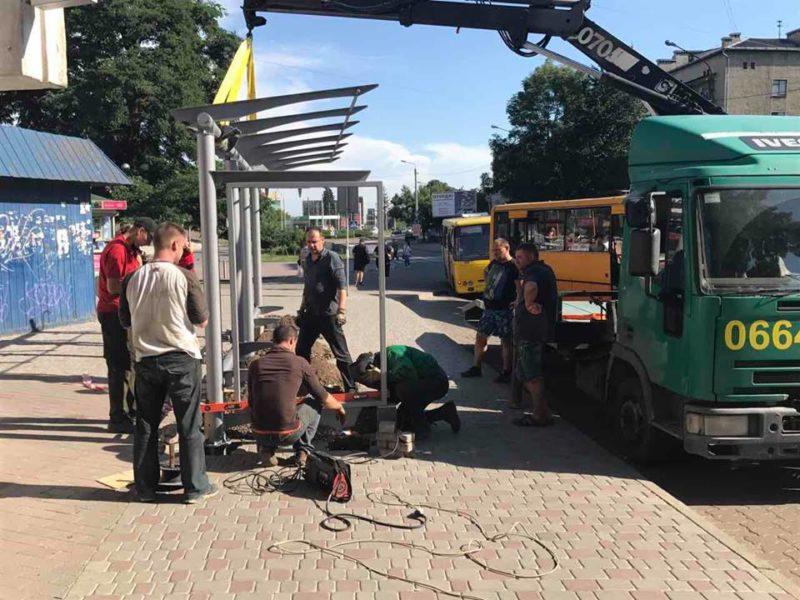 Сучасну автобусну зупинку облаштовують на Європейській площі (ФОТО)