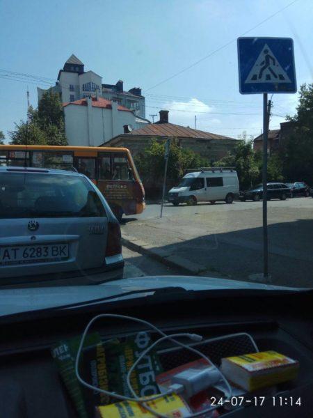 У Франківську водій маршрутки в'їхав у дорожній знак (ФОТО)