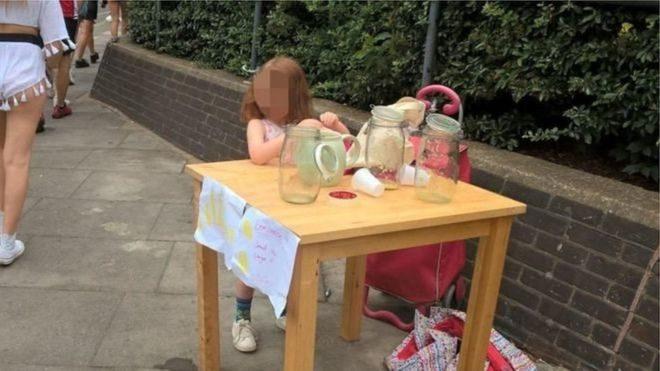 У Лондоні за продаж лимонаду оштрафували п'ятирічну дівчинку