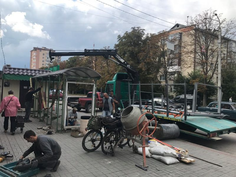 На вулиці Сахарова облаштовують нову зупинку (ФОТО)