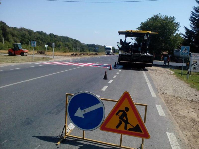 У неділю дорожники укладали асфальт у прикарпатському селі (ФОТО)