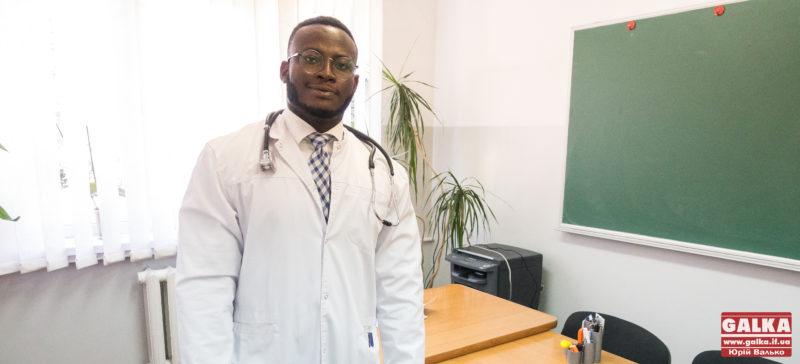 """""""Коли приходиш до пацієнтів й усміхаєшся, то в них зразу позитивний настрій"""", – Еммануель Нвобу, франківський лікар з Нігерії"""