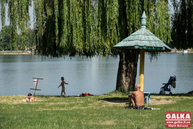 У міському озері купалася п'яна юна франківка: з води її забирала поліція