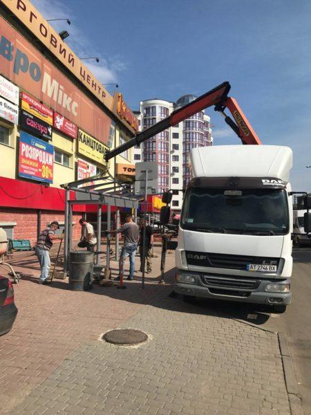 На Хоткевича встановлюють нову сучасну зупинку (ФОТО)