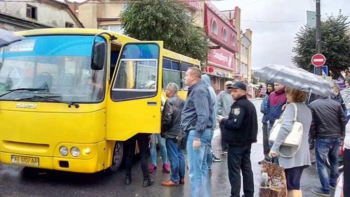 Франківські патрульні взялися за перевірку міських маршруток