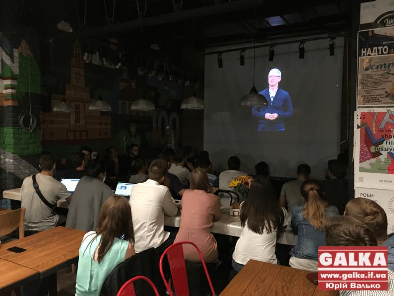 Іванофранківці зібралися, щоб подивитися разом на новий iPhone (ФОТО)