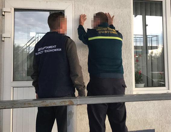 Буковинські поліціянти викрили митників, які за хабарі пропускали авто на єврономерах (ФОТО)