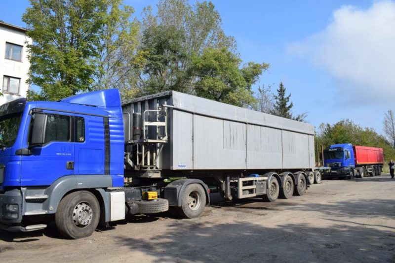 На Долинщині зупинили дві вантажівки, які везли львівське сміття (ФОТО, ВІДЕО)