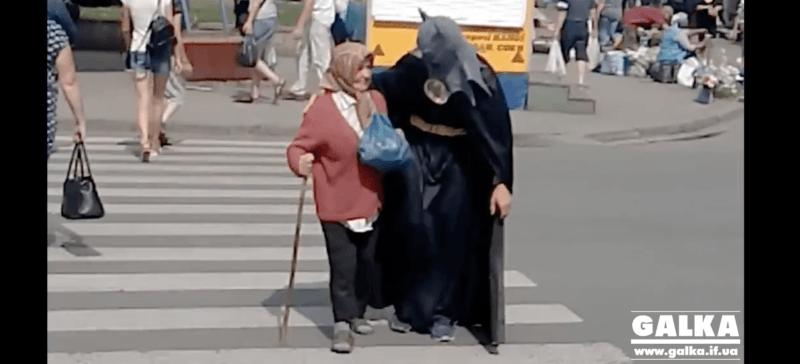 """У Франківську в перервах між зйомками """"Бетмен"""" рятував бабусь на переходах (ВІДЕО)"""