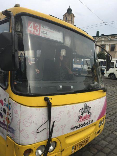 Водій франківської маршрутки обматюкав жінку та показав їй непристойний жест (ФОТО, ОНОВЛЕНО)