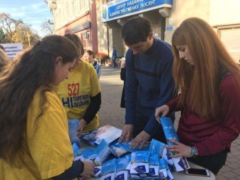 У центрі Франківська розповідають, як не стати жертвою торгівлі людьми (ФОТО)