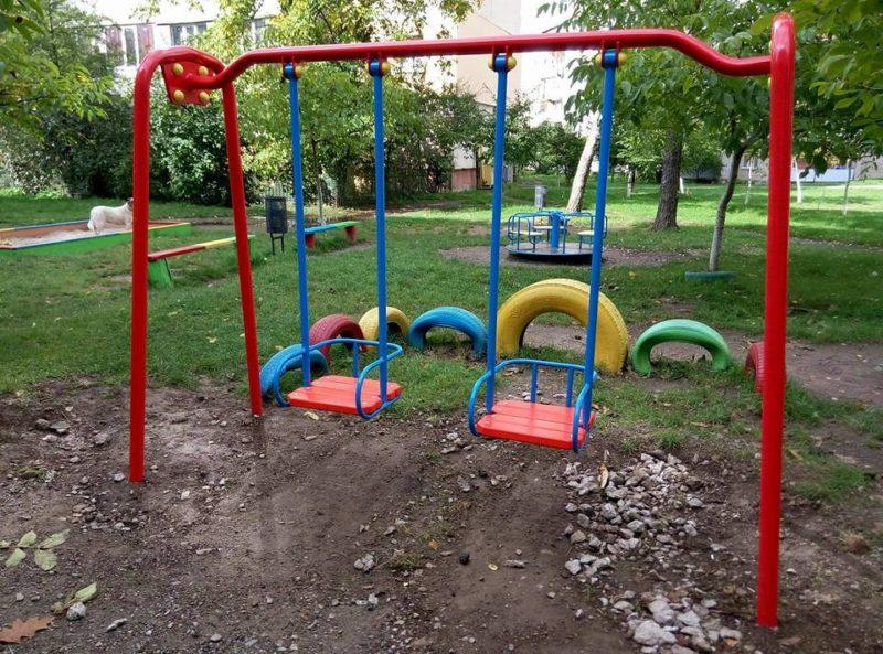 В Івано-Франківську демонтують гойдалки, які можуть бути небезпечні для дітей