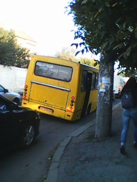 Небезпечно перехилену маршрутку помітили вранці у Франківську (ФОТОФАКТ)