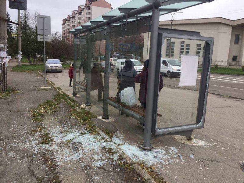 За півроку у Франківську вандали понищили три зупинки (відеосюжет)