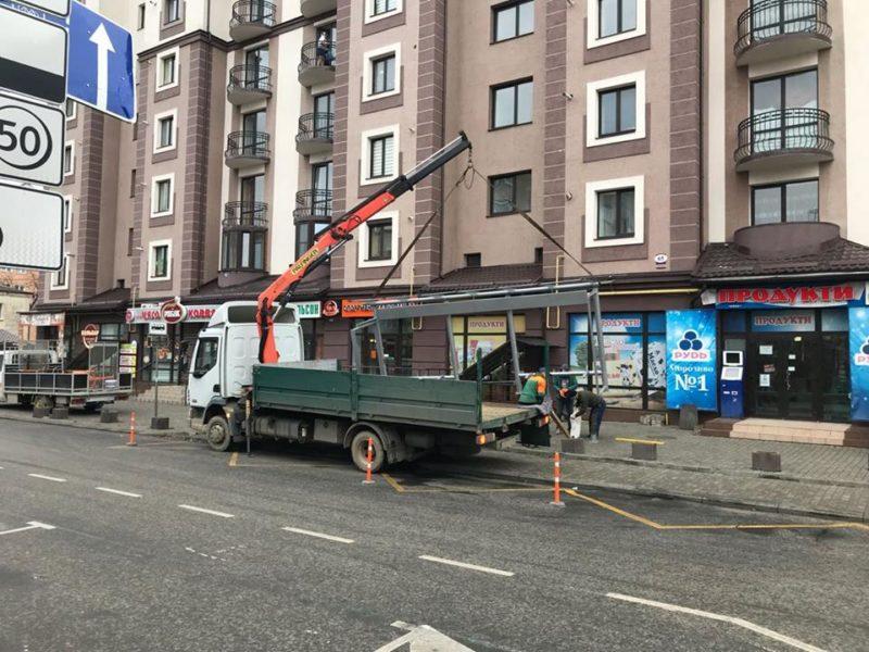 Ще дві сучасні автобусні зупинки облаштовують у Франківську (ФОТО)