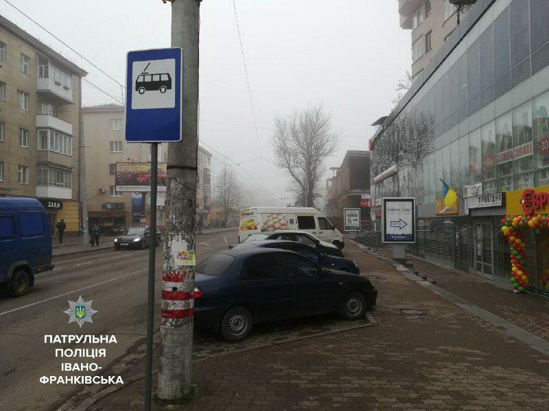 """На Мельника паркувальна """"кишеня"""" відтепер стала зупинкою для тролейбусів (ФОТОФАКТ)"""