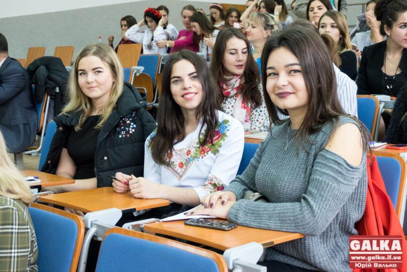Студенти та відомі люди Прикарпаття долучилися до Всеукраїнського диктанту єдності (ФОТО)