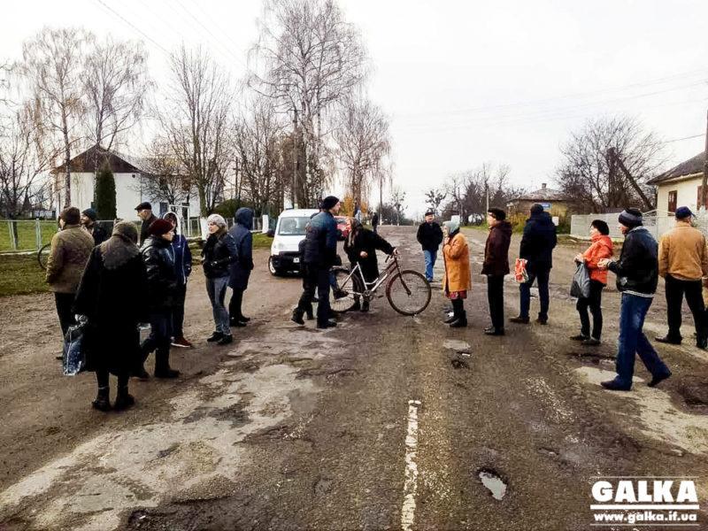 На Калущині люди протестом вимагають ремонту аварійної дороги до Бурштина (ФОТО)
