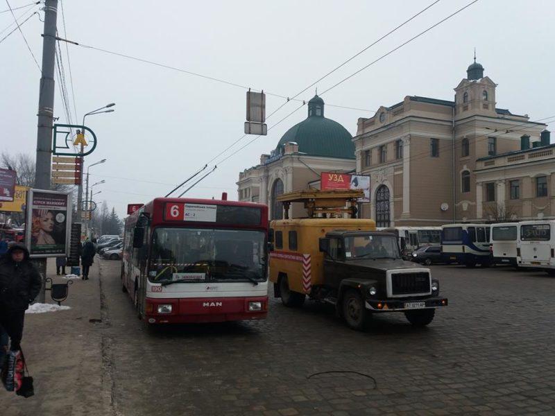 Зворотньою лінією через залізничний вокзал проїхав перший тролейбус